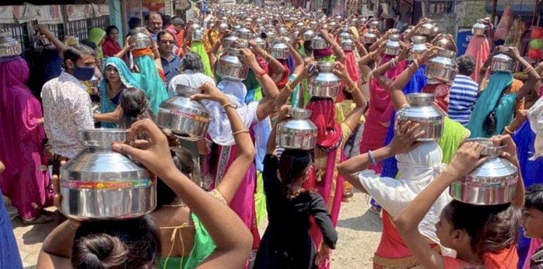 हा तर बेजबाबदारपणाचा कळस -कोरोनाकाळातही अहमदाबादमध्ये निघाली कलश यात्रा,हजारो महिला झाल्या सहभागी