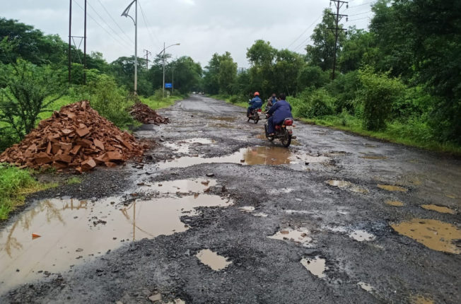 महाड एमआयडीसीतील रस्त्यांची चाळण, प्रशासनाचे दुर्लक्ष