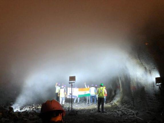 Pune Metro :   या कारणामुळे बोगद्यात फडकला 'तिरंगा'