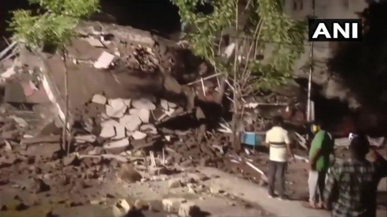 नालासोपाऱ्यात १० वर्ष जुनी इमारत पत्यासारखी कोसळली