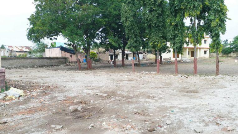 जि.प.शाळेतील जमीनदोस्त करण्यात आलेल्या खोल्यांची मोकळी जागा
