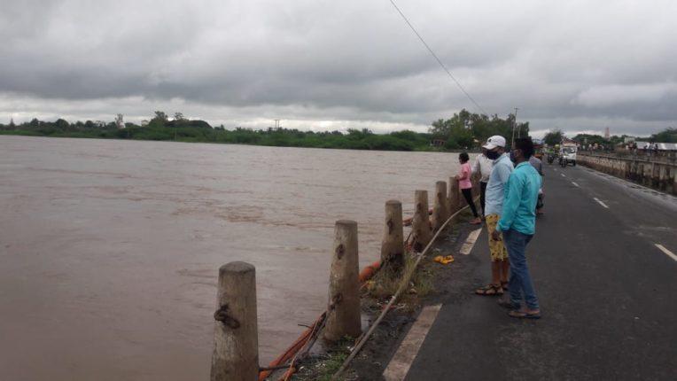 नीरा नदीला आलेला पूर