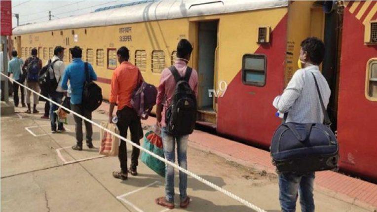 सणासुदीच्या पार्श्वभूमीवर कोरोनाचा प्रसार केल्यास रेल्वे प्रवाशांना होऊ शकतो कारावास