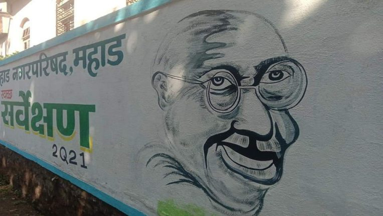 महात्मा गांधीचे विचित्र चित्र रेखाटणाऱ्या ठेकेदारावर कारवाई करा; काँग्रेस नगरसेविकेची मागणी