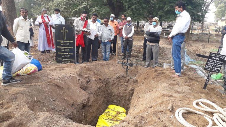 अखेर आईची अंतिम ईच्छा पूर्ण…  मूळगावी दफन विधीसाठी मुलाने ३ महिने झिजवले शासकीय यंत्रणांचे उंबरे