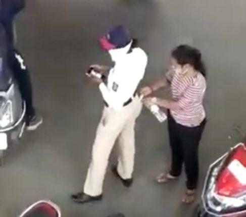 चुकीला माफी नाहीच ! उघडपणे पैसे घेणारी महिला वाहतूक पोलिस निलंबित