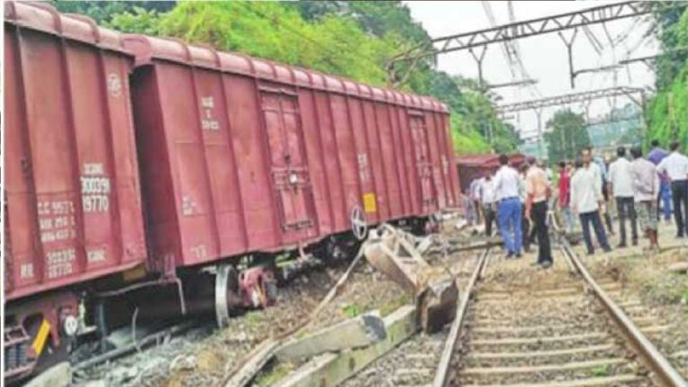 7 freight trains wreck between Shrigonda-Belwandi stations, train traffic will be jammed for a long time
