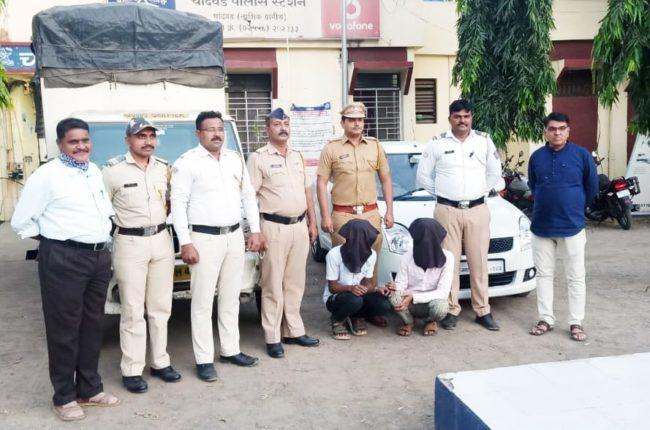 चांदवड : मुंबई येथून चोरलेल्या दोन चारचाकी वाहने मालेगावकडे घेऊन जात असलेल्या दोघा संशयिताना चांदवड पोलिसांनी मंगरूळ टोलवर सापळा रचून ताब्यात घेतल्याची माहिती सहा. पोलीस निरीक्षक स्वप्नील राजपूत यांनी दिली.