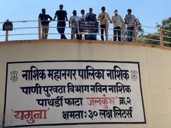 जलकुंभावर चढून नगरसेविकेचे आंदोलन; पाणीप्रश्न महासभेत गाेंधळ