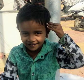 धक्कादायक! ६ वर्षीय बालकाचा अज्ञात इसमाकडून दगडाने ठेचून हत्या ; मजुरीसाठी शेतात गेलेल्या आईसोबत गेला होता मुलगा