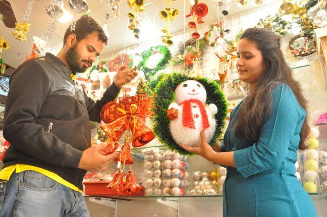नाताळच्याखरेदीसाठी गर्दी : चाॅकलेट, केक, ख्रिसमस ट्री बाजारात दाखल