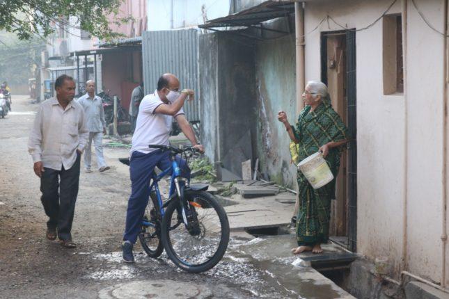 सायकलवरून प्रभागफेरी करणारा 'नगरसेवक'; कोल्हापूरच्या माजी उपमहापौरांचा स्तुत्य उपक्रम
