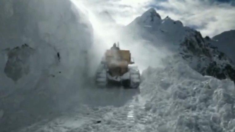 Jammu and Kashmir: Border Roads Organization undertakes snow clearance work on Srinagar-Leh road