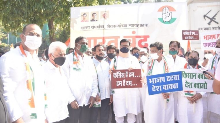 महाराष्ट्र प्रदेश काँग्रेस कमिटीचे अध्यक्ष तथा महसूलमंत्री बाळासाहेब थोरात कृषी कायद्याविरुद्ध आंदोलन करताना