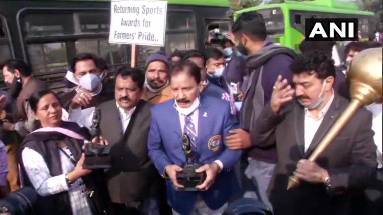'पुरस्कार' परत करायला निघालेल्या खेळाडूंना पोलिसांनी रोखले