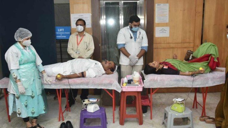 महाराष्ट्राचे आरोग्यमंत्री राजेश टोपे आणि  खासदार सुप्रिया सुळे रक्तदान करताना