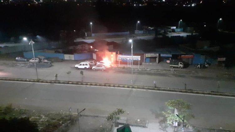 बर्निंग कारचा थरार ! रस्त्यावर पार्क केलेल्या कारला लागली आग