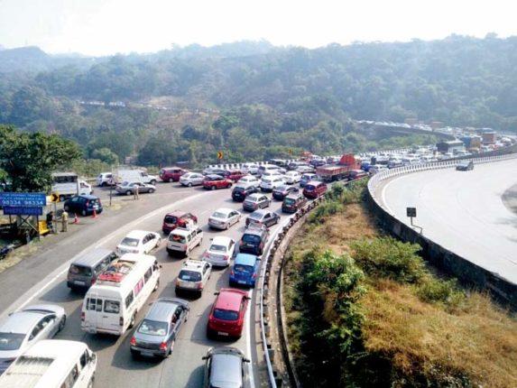 खंडाळा-लोणावळा पर्यटकांनी गजबजले ; मुंबई-गोवा महामार्गावर वाहनांच्या रांगा