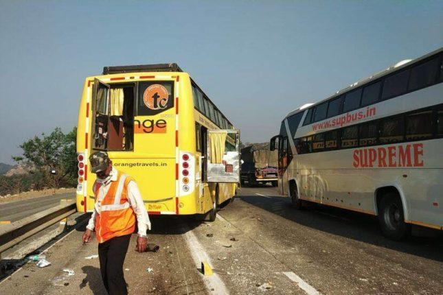 मुंबई-पुणे एक्सप्रेस-वेवर मोठा अपघात : खासगी बसची ट्रकला मागून जोरदार धडक ; दोनजण गंभीर जखमी