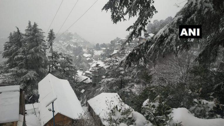 शिमल्याला बर्फाचा गराडा, बर्फाच्छादित रस्त्यांमुळे वाहतूक बंद