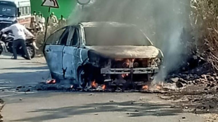 संपूर्ण कार जळून राख