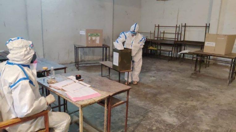 पदवीधर मतदार संघाच्या आज झालेल्या निवडणुकीत मतदान करताना कोरोनाबाधित रुग्ण