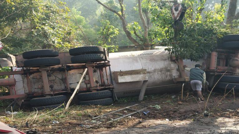 इंद्रायणी घाटात गॅस टँकर पलटी, सुदैवाने जीवितहानी टळली