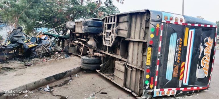 लक्झरी बस व ट्रकच्या अपघातात एक ठार