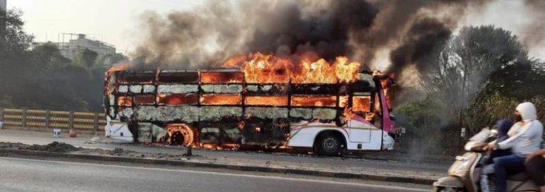 धावत्या ट्रॅव्हल्सला भीषण आग : बस चालकाच्या प्रसंगावधनामुळे प्रवाशी सुखरुप ; लोणी काळभोर येथील घटना