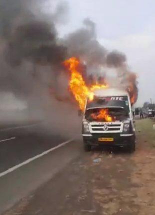 मुंबई-आग्रा महामार्गावर टेम्पाेट्रॅव्हलर जळून खाक; चाैदा प्रवासी बचावले