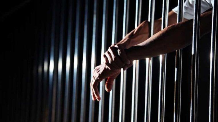 आधार कार्ड नसलेल्या कैद्यांचे लसीकरण कसे करणार? उच्च न्यायालयाचा केंद्र सरकारला सवाल