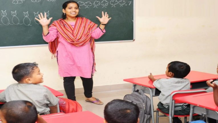 teachers union took an aggressive against the decision of the thackeray government