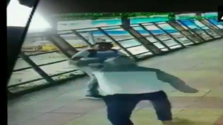 CCTV footage of Mumbaikars falling asleep The young man was stabbed all day; This kind of thing happened on the bridge of Kurla station, not UP Bihar; Watch the video