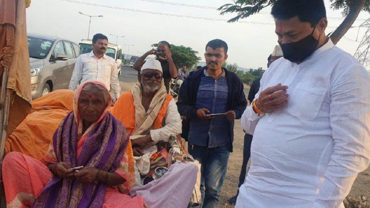 Elderly parents in a bullock cart to Pandharpur Wari; Nanasaheb Patole was also overwhelmed to see modern day Shravan bal