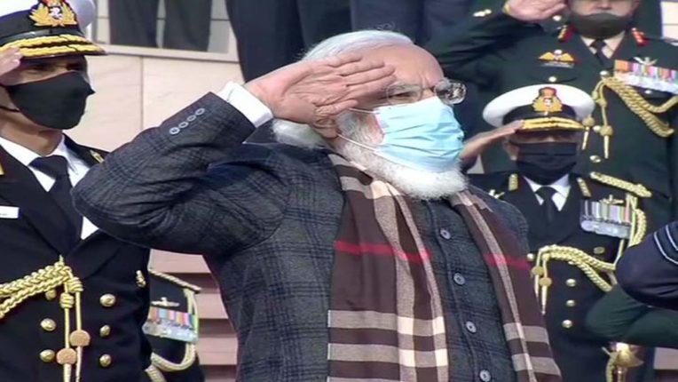 पंतप्रधान नरेंद्र मोदींच्या हस्ते सुवर्ण विजय मशाल प्रज्ज्वलित, युद्ध स्मारकावर शहीद सैनिकांना श्रद्धांजली