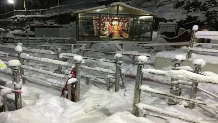 Watch the captivating video of snowfall in Vaishnav Devi area; The tourists were also relieved
