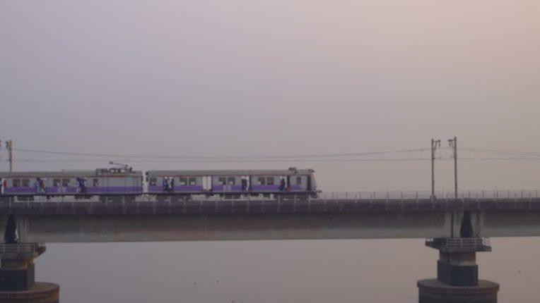 वाशी खाडी पुलावर मोटरमनला रेल्वे ट्रॅकवर रक्ताच्या थारोळ्यात पडलेली तरुणी दिसली अन्…