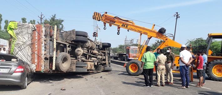 विचित्र अपघात ! दुचाकीवर ट्रक उलटल्याने दाेघांचा मृत्यू तर कारमधील पाच जण आश्चर्यकारकरित्या बचावले