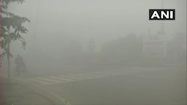 दिल्लीमध्ये आता फक्त धुकं, धुकं, धुकं…. दिवस उजाडतो, दिसत मात्र काहीच नाही !