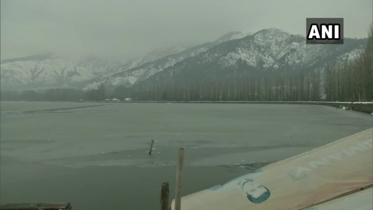 जम्मू काश्मीरमध्ये शून्य अंश तापमानाची नोंद, अशी पसरलीय बर्फाची चादर