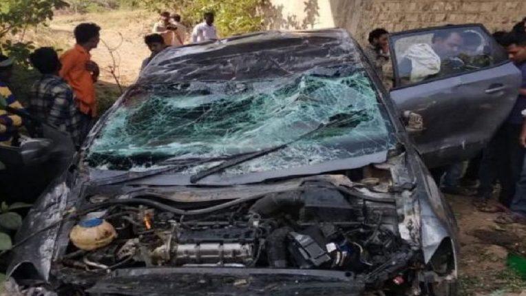 औंढा-जिंतूर महामार्गावर कारचा भीषण अपघात, ४ जण जखमी