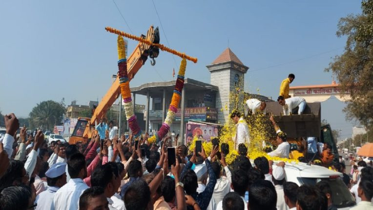 JCB scattering flowers on Dhananjay Munde; Dhananjay Munde was in trouble due to rape allegations
