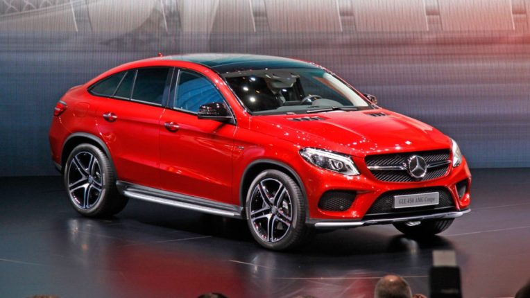 सरकारकडून अर्थसंकल्पामध्ये कर कपातीची लक्झरी कार (luxury car) कंपन्यांनी केली मागणी