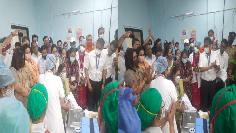 PHOTO : अखेर तो क्षण आलाच… कोरोना लसीकरणाला सुरुवात; राजावाडी रुग्णालयातील वैद्यकीय कर्मचाऱ्यांनी घेतली लस