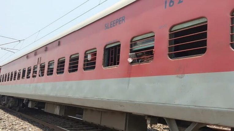 धक्कादायक! कोरोना झालेल्या वृद्ध दाम्पत्यांनी नातवाला संसर्ग होऊ नये म्हणून ट्रेन समोर उडी घेऊन संपवलं आयुष्य