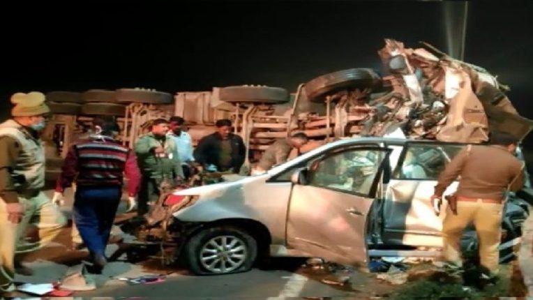यमुना एक्सप्रेस-वे वेर डिव्हायडरला धडकून टँकरचा कारला भीषण अपघात; एकाच कुटुंबातील ४ जणांचा मृत्यू