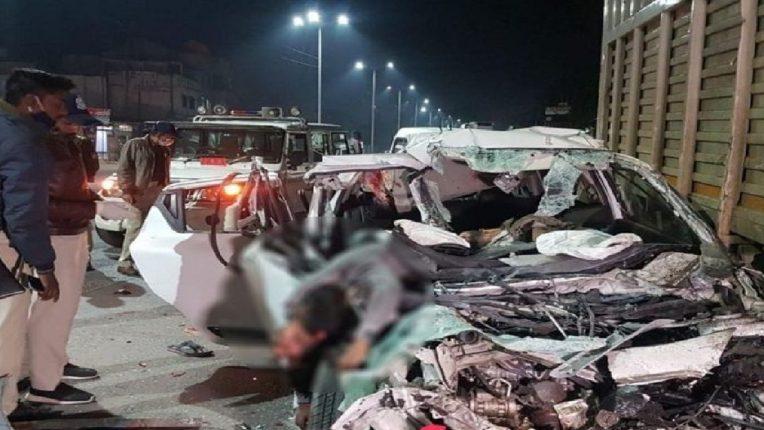 भरघाव कारची टँकरला धडक, ६ जणांचा होरपळून मृत्यू ; अपघातात शरीरातील अवयवांचे झाले असे तुकडे