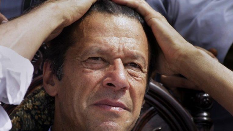 पाकिस्तानी संसदेत चिनी कॅमेरे? इम्रान खान यांना तोंड दाबून बुक्क्यांचा मार