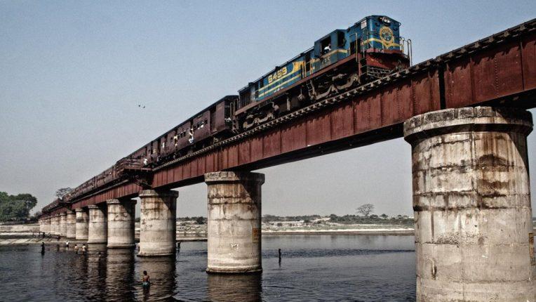किती दिवस चालवणार जुन्या पुलांवरून रेल्वेगाड्या?