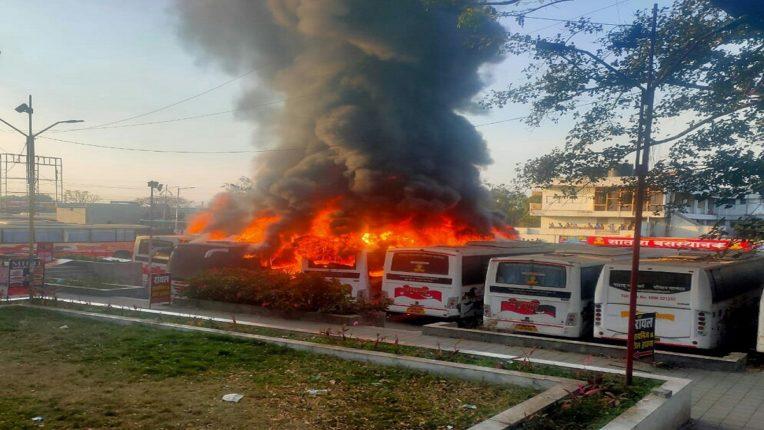 सातारा एसटी बसस्थानकामध्ये अग्नितांडव ; पाच शिवशाही बस आगीत जळून खाक